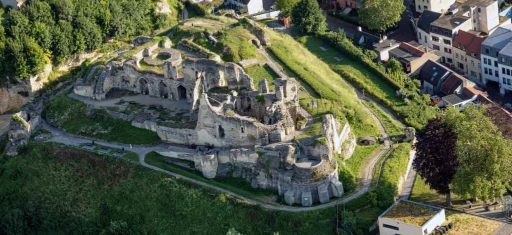 De kasteelruine van Valkenburg en de Haselderhof van boven